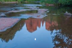 大教堂在小河的岩石反射 库存照片