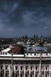 大教堂在广场,米兰都市风景的中央寺院二米兰白色大理石象黑暗的HDR照片  免版税库存照片