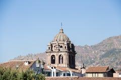 大教堂在roofline上的钟楼 库存照片