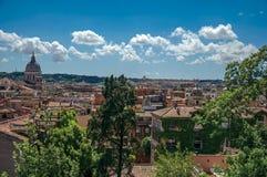 大教堂大厦圆顶和屋顶概要在一个晴天在罗马 库存图片