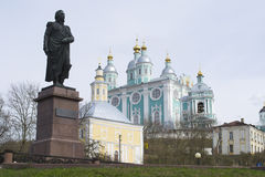 大教堂对uspenskii的kutuzov纪念碑 免版税图库摄影