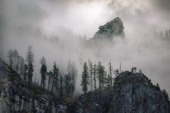 大教堂岩石 入国家公园美国加州红杉 雾 日出 2017年11月 库存照片