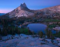 大教堂峰顶和湖 约塞米蒂国家公园 库存照片