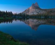 大教堂峰顶和湖 约塞米蒂国家公园 免版税库存照片