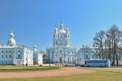 大教堂彼得斯堡smolny st 免版税库存图片
