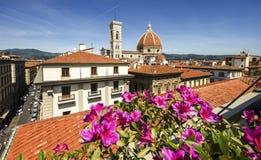 大教堂教会圣玛丽亚del菲奥雷关闭圆顶春日,佛罗伦萨,意大利,被定调子的减速火箭 免版税库存照片