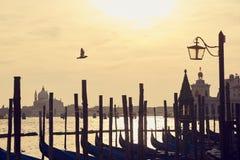 大教堂日落威尼斯长平底船 免版税库存图片
