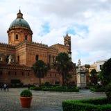 大教堂时钟意大利巴勒莫西西里岛塔 西西里人的地标 变老的照片 库存照片