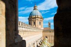 大教堂时钟意大利巴勒莫西西里岛塔 免版税库存图片