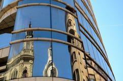 大教堂的反射现代大厦窗口的贝尔格莱德塞尔维亚 库存照片