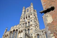 大教堂的西方前面的看法有一个面貌古怪的人的在前景在伊利,剑桥郡,诺福克,英国 免版税库存照片