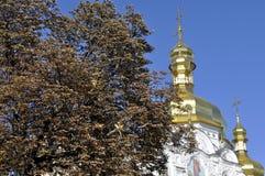 大教堂的金黄圆顶有十字架的反对蓝天 免版税库存图片