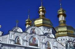 大教堂的金黄圆顶有十字架的反对蓝天 库存图片