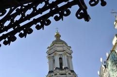 大教堂的金黄圆顶有十字架的反对蓝天 图库摄影
