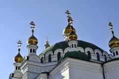 大教堂的金黄圆顶有十字架的反对蓝天 库存照片