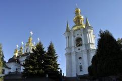 大教堂的金黄圆顶有十字架的反对蓝天 免版税图库摄影
