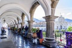 大教堂看法从市政厅大阳台,安提瓜,危地马拉的 库存图片