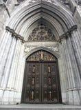 大教堂给帕特里克s st装门 免版税库存照片