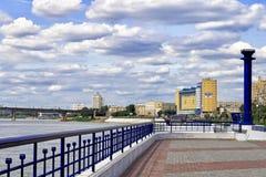 大教堂鄂木斯克uspensky正统的俄国 在街道额尔齐斯堤防的看法 图库摄影