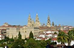 大教堂,从阿拉米达公园的看法 巴洛克式的门面和塔与政府大厦 compostela de圣地亚哥西班牙 免版税库存照片