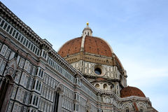 大教堂del惊人地详述二外部著名fiore佛罗伦萨地标玛丽亚多数晚上圣诞老人 库存图片