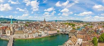 大教堂Fraumunster和圣皮特圣徒・彼得教会全景有瑞士苏黎士-鸟瞰图的市中心的 库存照片