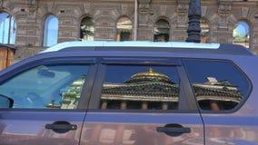 大教堂isaac s st 在汽车的杯的反射 4K 股票录像