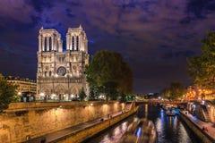 大教堂Notre Dame de在晚上 图库摄影