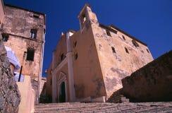 大教堂St.吉恩Baptiste、被修补的步骤和蓝天。 Calvi,可西嘉岛。 免版税库存照片