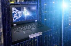 大数据保密的概念 巨型计算机终端在现代数据中心与挂锁和二进制编码 免版税库存照片