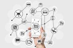 大数据概念用拿着现代巧妙的电话的手 免版税库存照片