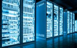 大数据黑暗的服务器室用明亮的设备 库存图片