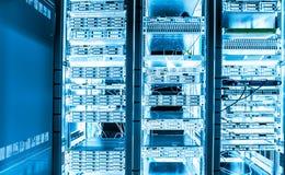 大数据黑暗的服务器室用明亮的设备 免版税库存图片