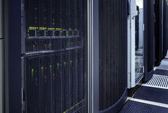 大数据黑暗的服务器室用蓝色设备 免版税库存图片