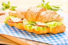 大新月形面包三明治用烟肉,莴苣,蕃茄,乳酪 库存图片