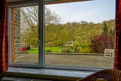 大新的pvc塑料窗口,从里面的看法自庭院 免版税库存图片