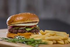 大新鲜的开胃汉堡用胡椒和土豆 免版税图库摄影