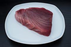 大新鲜的未加工的黄鳍金枪鱼牛排 库存图片