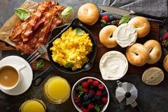 大早餐用烟肉和炒蛋 库存图片