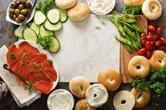 大早餐盛肉盘用百吉卷、熏制鲑鱼和菜 免版税图库摄影