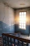 大明亮的窗口和台阶在老肮脏的被放弃的大厦 库存图片