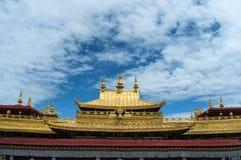 大昭寺寺庙金黄屋顶在拉萨 免版税库存图片