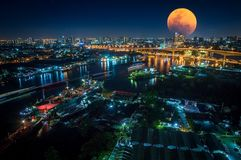 大月亮在火夜  库存照片