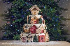大有排列的圣诞节蛋糕装饰用姜饼曲奇饼和在上面的一个房子 树和诗歌选在背景中 免版税库存照片