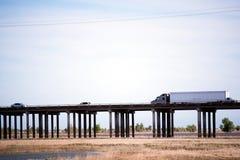 大有支持政客的半船具卡车去的owerpass高速公路 免版税库存图片