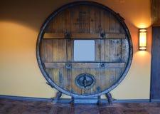 大木存贮桶充满酒精 库存图片