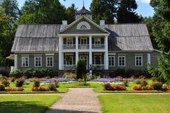 大木房子。 库存照片