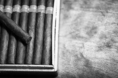 大木箱单色照片雪茄手工制造古巴人 图库摄影