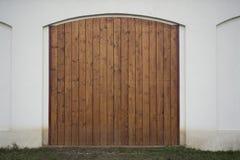大木谷仓门 巨大的农厂门,两用木材建造叶子、闭合的棕色门户有板条的和钉子 库存照片