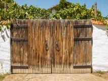 大木门在古国房子里 免版税库存图片